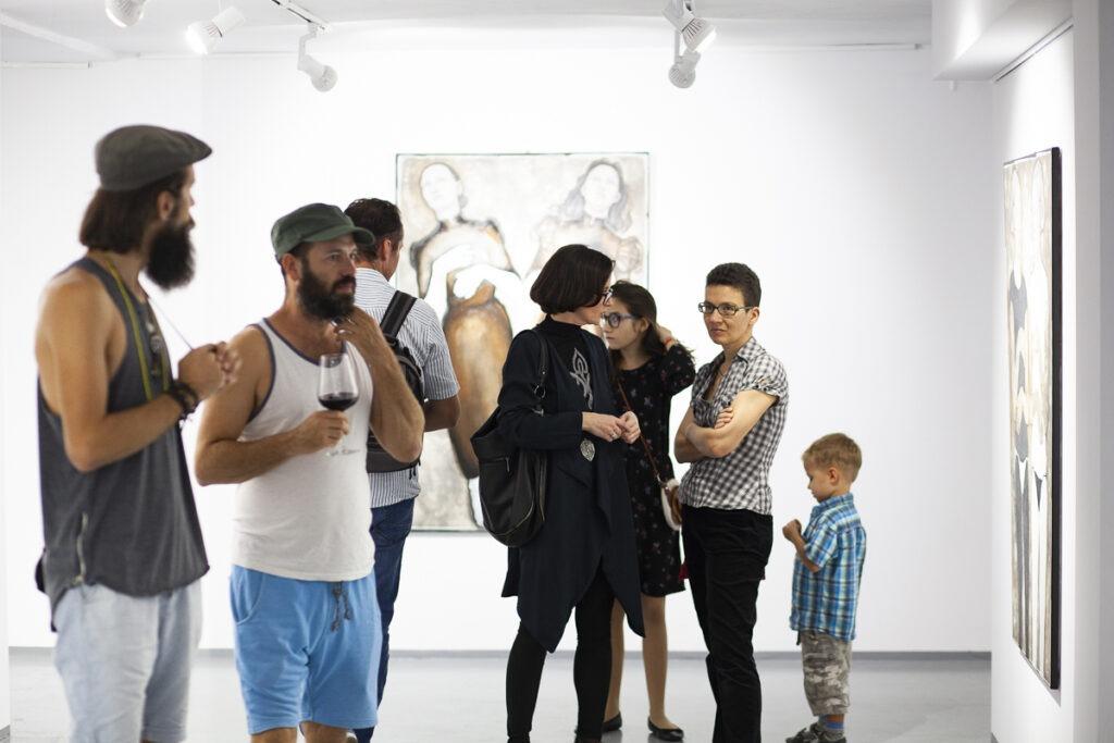 Grupa ludzi na otwarciu wystawy