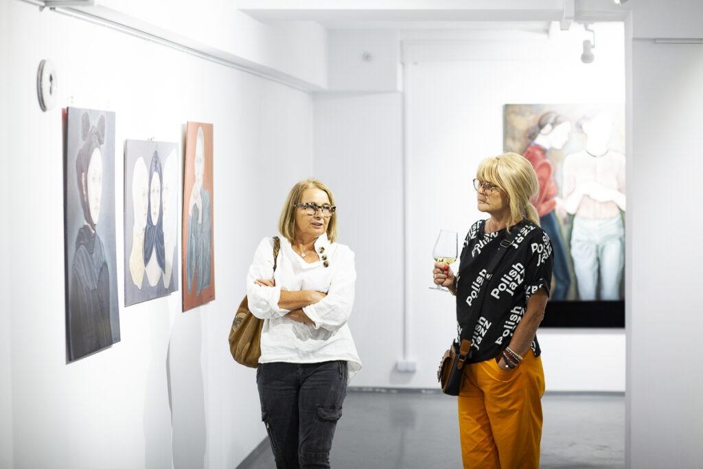 Dwie kobiety na wystawie