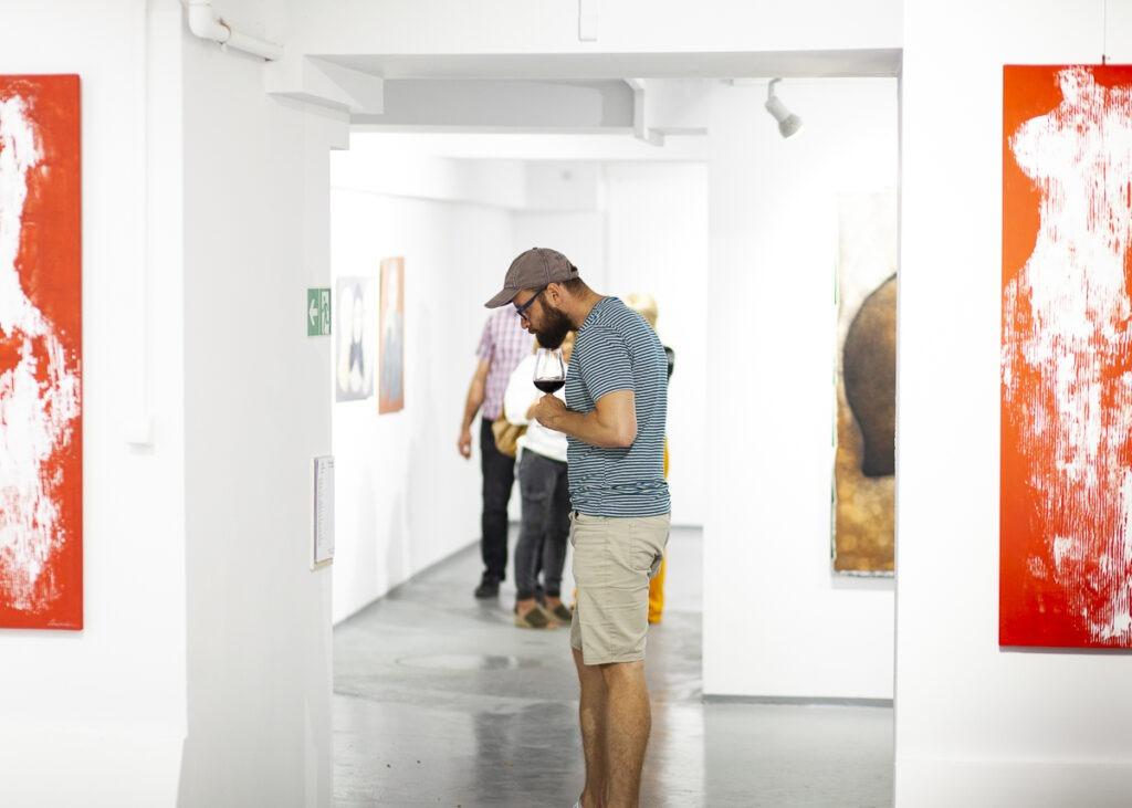 Mężcyzna w galerii sztuki
