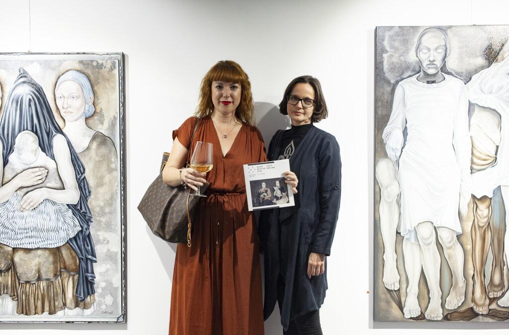 Dwie kobiety na tle obrazów Doroty Kuźnik