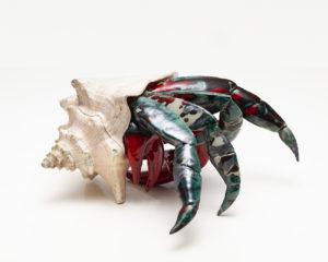 Krab - Aneta Śliwa (2019), ceramika szkliwiona, muszla