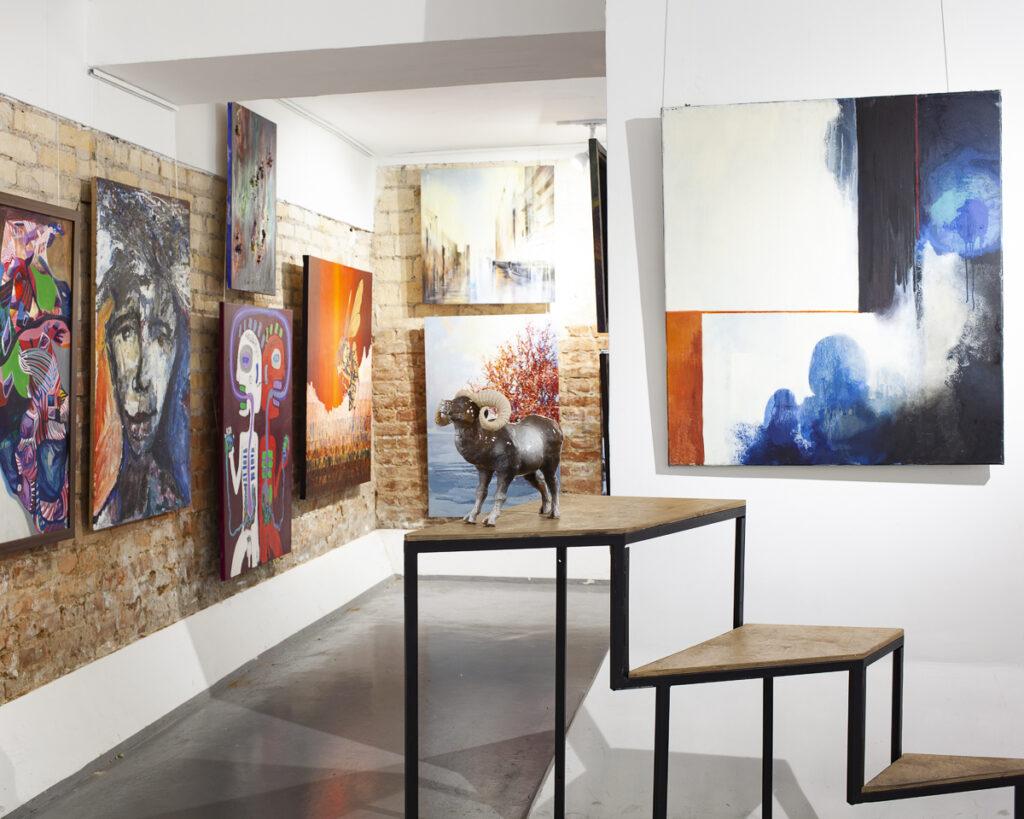 Wnętrze galerii sztuki z obrazami i rzeźbą