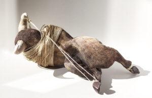 Byk - Aneta Śliwa (2020), ceramika, sznurek