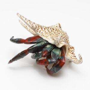 Krab w muszli (2020) - Aneta Śliwa - ceramiczna rzeźba w czerwieni