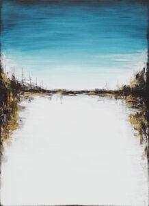 Za horyzontem (2020) - Sylwia Jóźwiak - biało-błękitny pejzaż z ciemnobrązowymi lasami w okolicy środków krawędzi bocznych obrazu