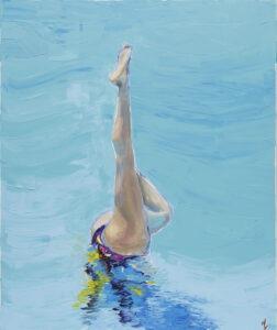 Podwodne akrobacie (2020) - Agnieszka Słońska-Więcek - obraz przedstawia scenę podwodnego piruetu wykonanego w basenie, postać jest pod wodą, a ponad taflą wystaje wyciągnięta noga. Druga noga ugięta w kolanie