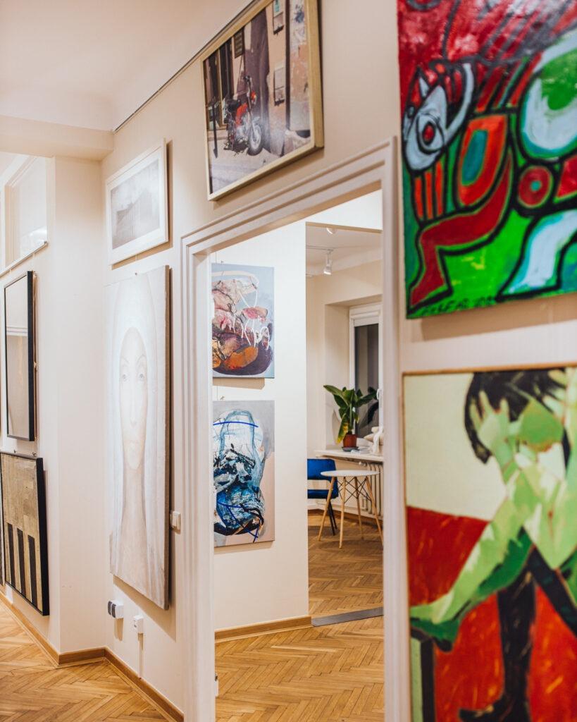 Obrazy na ścianach w galerii sztuki