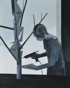 Modelarz - Andrzej Tobis - czarno-niebieski obraz z mężczyzną z wiertarką