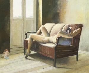 szesnaste urodziny - maciej kempiński - leżąca na kanapie naga postać patrząca się w drzwi balkonowe, jasno oświetlona, obok w prawym dolnym rogu pluszowa lalka