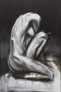 figurę 31 - Karolina datura - akt, czarno biały, odcienie szarości, kobieta siedzi na jednej nodze, druga przykucnięta