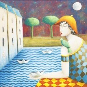 papierowy rejs - Mirosław Nowiński - realizm magiczny, postać siedząca z ptakiem na ramieniu puszcza na wodzie papierowe łódeczki, w tle domostwa i drzewa, nocne niebo