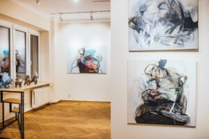 Malarstwo abstrakcyjne Agaty Czeremuszkin-Chrut we wnętrzu