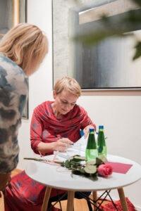 Spotkanie z Natalią de Barbaro - autorka podpisująca książkę