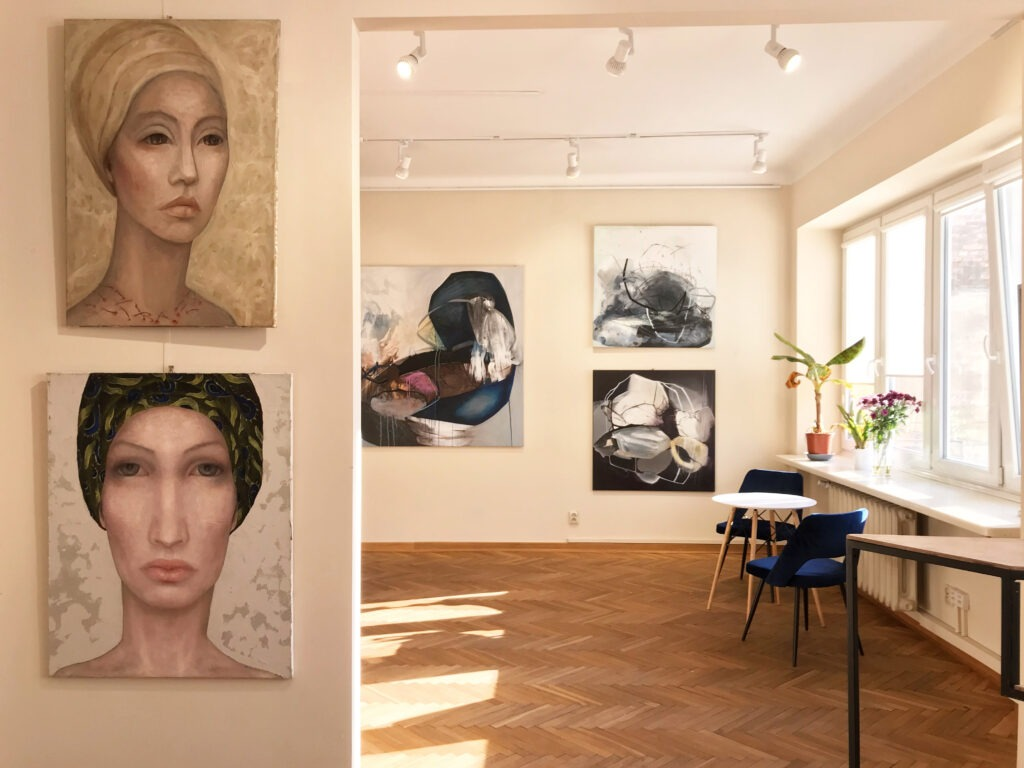 Wnetrze galerii sztuki - prace Izy Staręgi i Agaty Czeremuszkin-Chrut